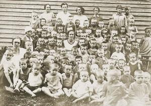 Мама (в центре) и ее даниловские воспитанники