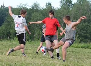 Миша Лукьян (в центре) - отважный футболист